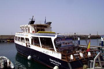 Ausflugsschiff das im Hafen vor Anker liegt.