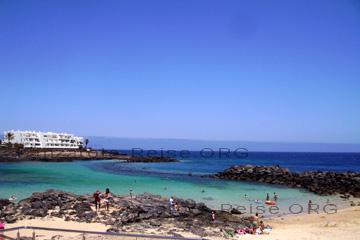 Solche kleine Badebuchten, gut geeignet für kleine Kinder, da muss man wissen wo die auf der Insel Lanzarote zu finden sind und zwar an der Playa Las Cucharas an der Costa Teguise. Das zeige ich Ihnen noch genauer, wie Sie die Badebucht finden können.
