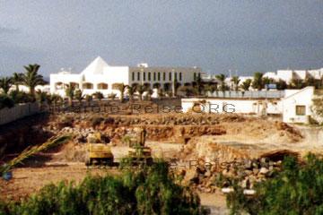 Baumaschinen, hier Bagger in einer Baugrube auf der kanarischen Insel Lanzarote.
