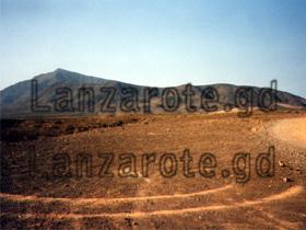 Lanzarote Berge und Piste in der Nähe von Puerto del Carmen.
