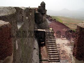 Zugang und Zugbrücke zur Burg oberhalb von Teguise.