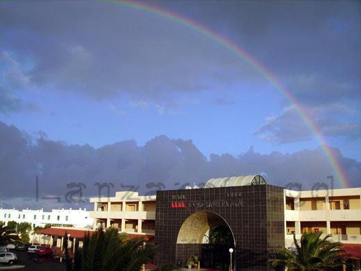 Fassade vom Hotel Coronas Playa gegenüber der Ferienanlage Los Molinos an der Costa Teguise.