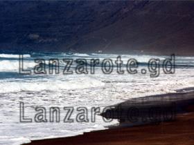 Wellen am Strand von Famara.