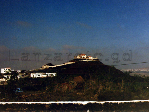 Lanzarote, Finca auf einem Berg im Großformat betrachtet.