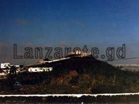Eine Finca alleine auf einem kleinen Hügel auf der Insel Lanzarote beim Ausflug mit dem Mietwagen über die Kanarische Insel in Richtung Haria.