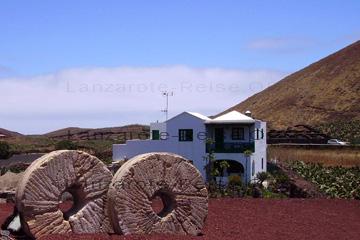 Ein Haus auf den Kanarischen Inseln, das sich in die Landschaft einfügt. Das ist Lanzarote. Die anderen Inseln sind auf meinen anderen Seiten gezeigt.