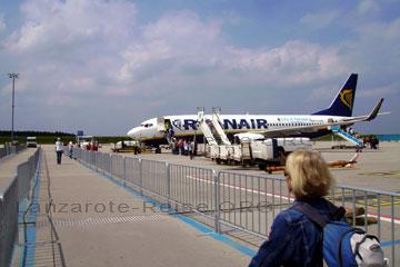 Passagiere beim einsteigen über die Rolltreppen am Bug und am Heck von dem Flieger der Fluggesellschaft beim Lanzarote Urlaub auf den Kanarischen Inseln die zu Spanien gehören und vor Nordafrika und Marokko liegen.