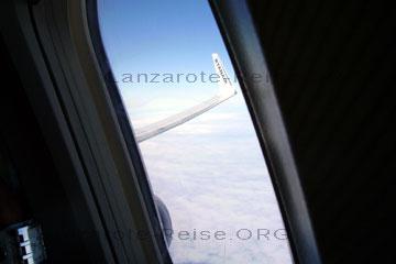 Ein Fensterplatz beim Flug auf die Kanarische Insel Lanzarote im Flugzeug wo ich für die nächsten viereinhalb Stunden ausharren muss bevor wir in Arrecife auf dem Airport landen.