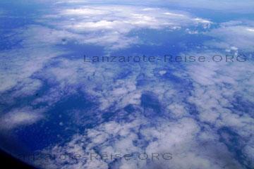 Über den Wolken beim Flug nach Lanzarote, wir fliegt morgens los und befindet sich am Nachmittag schon in der warmen Sonne am Strand oder im Restaurant am Meer, so einfach ist das und so schnell kann es gehen.