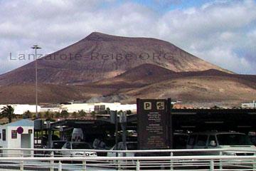 Überdachte Parkplätze am Flughafen auf der Kanarischen Insel Lanzarote die zu Spanien gehört damit sich die Fahrzeuge in der Sonne nicht zu stark aufheizen.