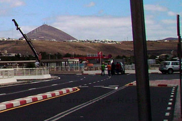 Zufahrtsstraße und Parkplätze für Kurzparker am Flughafen auf der Kanarischen Insel Lanzarote.