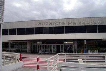 Eingang zur Abflughalle vom Flughafen auf der Kanarischen Insel Lanzarote die zu Spanien gehört.