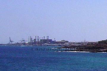 Hafenanlage, Fischkonservenfabrik und Meerwasser- Entsalzungsanlage vor der Inselhauptstadt Arrecife auf der Kanarischen Insel Lanzarote.