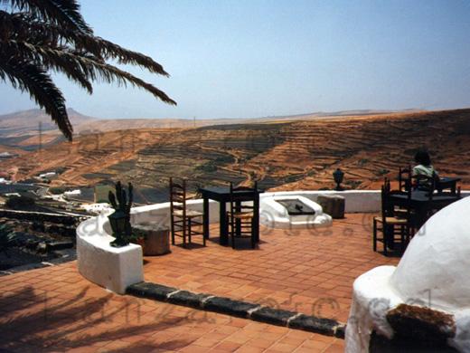 Blick auf die Felder auf der Insel Lanzarote beim Ausflug in Richtung Mitte der Insel und Rast in einem Terrassen-Restaurant.