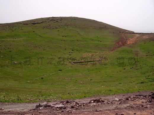 Bild im Großformat vom Krater auf dem Berg neben der Burg die über der alten Hauptstadt von Lanzarote thront.