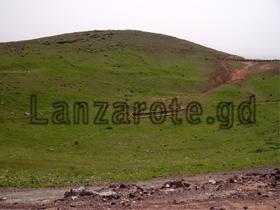 Krater und Mauerreste auf dem Berg neben der Burg in Teguise.