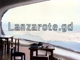 Lanzarote Mirador del Rio Aussicht durch die halb runde Glasscheibe.