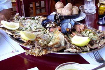 Fischplatte für 3 Personen mit Schrimps, Muscheln und verschiedenen gegrillten Fischen, Beilage Kartoffeln und Mojo Dips in einem stilvoll eingerichteten Restaurant an der Costa Teguise auf der kanarischen Insel Lanzarote.