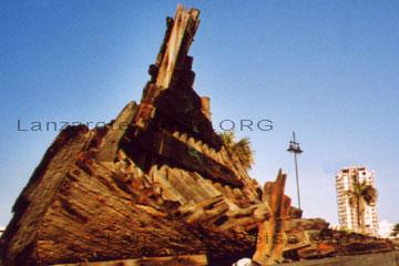 Ausgegrabenes Segelschiff aus der Antike das man nun an der Strandpromenade der Hauptstadt Arrecife konserviert zeigt.