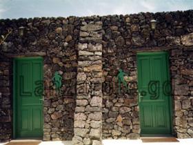 Traditionell errichtetes Haus auf der Insel Lanzarote bei einem Ausflug mit dem Mietwagen in die Mitte der Kanarischen Insel.