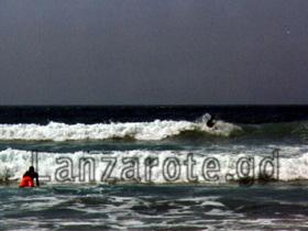 Ein Wellenreiter am Strand von Famara.