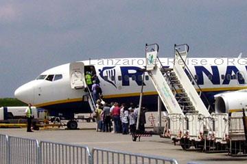 Passagiere an der Treppe von dem Flieger beim Flug nach Lanzarote.