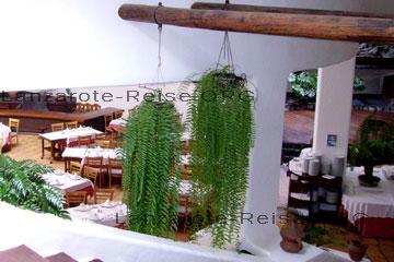 Stilvoll eingerichtetes Restaurant in Mozaga auf der kanarischen Insel Lanzarote. Das Haus in dem das Restaurant integriert ist, ist im typischen spanischen Stil gebaut. Das Bild habe ich morgens gemacht, abends essen hier viele Gäste.