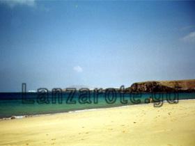 Die weißen Häuser die man hinten im Bild von dem Strand an den Papagayos erkennt, das ist der Ort Playa Blanya wo auch die Fähre nach Fuerteventura eine andere der kanarischen Inseln ab legt.