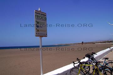 Der Strand an der Playa Honda, einsam und verlassen auch während der Hauptsaison. Man erkennt auf dem Bild gut wie groß der Strand ist. Im Hintergrund sieht man den Wachturm der Rettungsschwimmer und noch weiter hinten kommt dann der Flughafen von Lanzarote. Bis nach Arrecife sind es etwa 3 Kilometer.