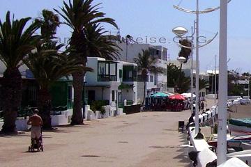 Die Playa Honda an der Ostküste von Lanzarote, zwischen Arrecife und Yaiza gelegen. Nicht weit bis zum Flughafen von Lanzarote auf dem aber auch nicht die Flugzeuge im Minutentakt landen oder starten.