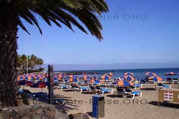 Ein schöner Badestrand auf der Kanarischen Insel Lanzarote in Costa Teguise.