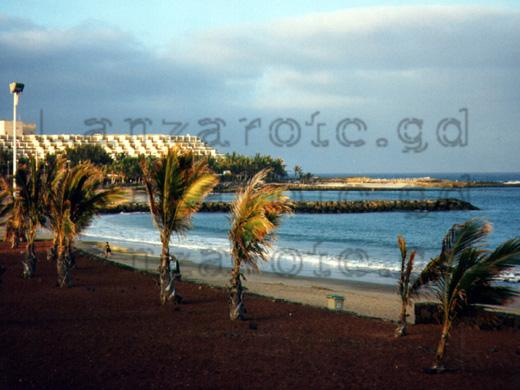 Strandpromenade an der Playa Bastian in etwa 800 Meter von der Ferienanlage Los Molinos entfernt.