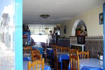 Einfaches Restaurant im typischen spanischen Stil eingerichtet aber mit Tischdecken aus Plastik, morgens aufgenommen und deshalb keine Gäste und außerdem außerhalb der Hauptsaison.