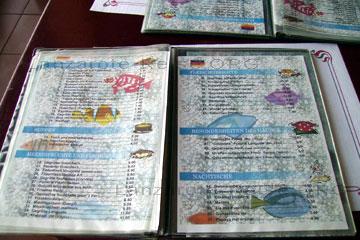 Speisekarten auf Deutsch in einem Restaurant an der Costa Teguise auf der kanarischen Insel Lanzarote.