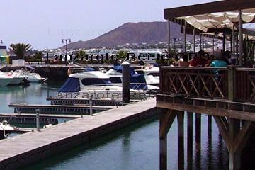 Gemütlich Essen gehen in einem Restaurant in einem schönen Yachthafen, das ist der Inbegriff von einem Urlaub auf den Kanaren. So kann man den Tag bei leckerem frisch gefangenen Fischen oder Meeresfrüchte und einem kanarischen Wein ausklingen lassen.