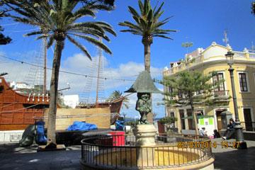 Nachbau der Santa Maria, dem Schiff mit dem Kolumbus von den Kanaren aus nach Amerika gestartet ist in der Inselhauptstadt Santa Cruz de la Palma, Spanien am Plaza de La Alameda.