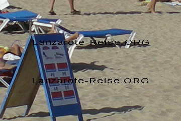 Preisschild für die Miete der Sonnenschirme und Sonnenliegen an einem Strand auf der Kanarischen Insel Lanzarote im Jahr 2010. Auf dem Bild zu erkennen, Preis für Sonnenschirm und Strandliege zusammen 8€ am Tag.
