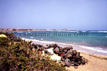Fuerteventura, ich am Strand hinter den schützenden Steinen, die den Wind abhalten sollen.
