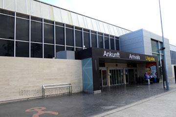 Das Bild zeigt den Eingang zum Terminal bei der Ankunft nach der Landung auf dem Flughafen Teneriffa-Süd, dem Flughafen Reina Sofia beim Kanrischen Inseln Urlaub.