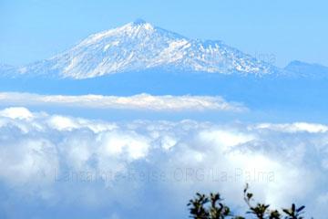 Der Berggipfel Teide beim La Palma Urlaub im Zoom der Kamera betrachtet, mit Schnee zum Teil bedeckt.
