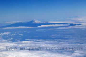 Der höchste Berg von Spanien beim Landeanflug fotografiert, man erkennt den Schnee der rund um den Gipfel liegt.